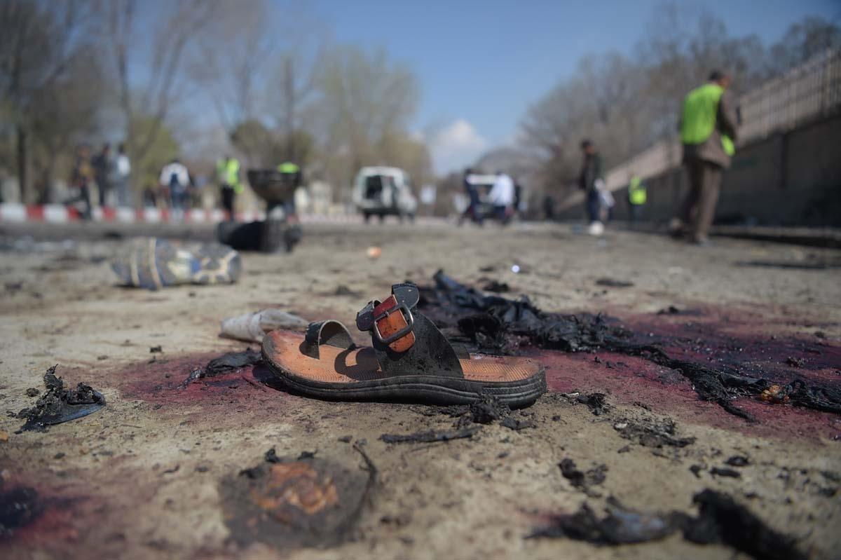 Una sandalia es vista en el lugar de un atentado suicida en Kabul que dejó 26 muertos el 21 de marzo de 2018