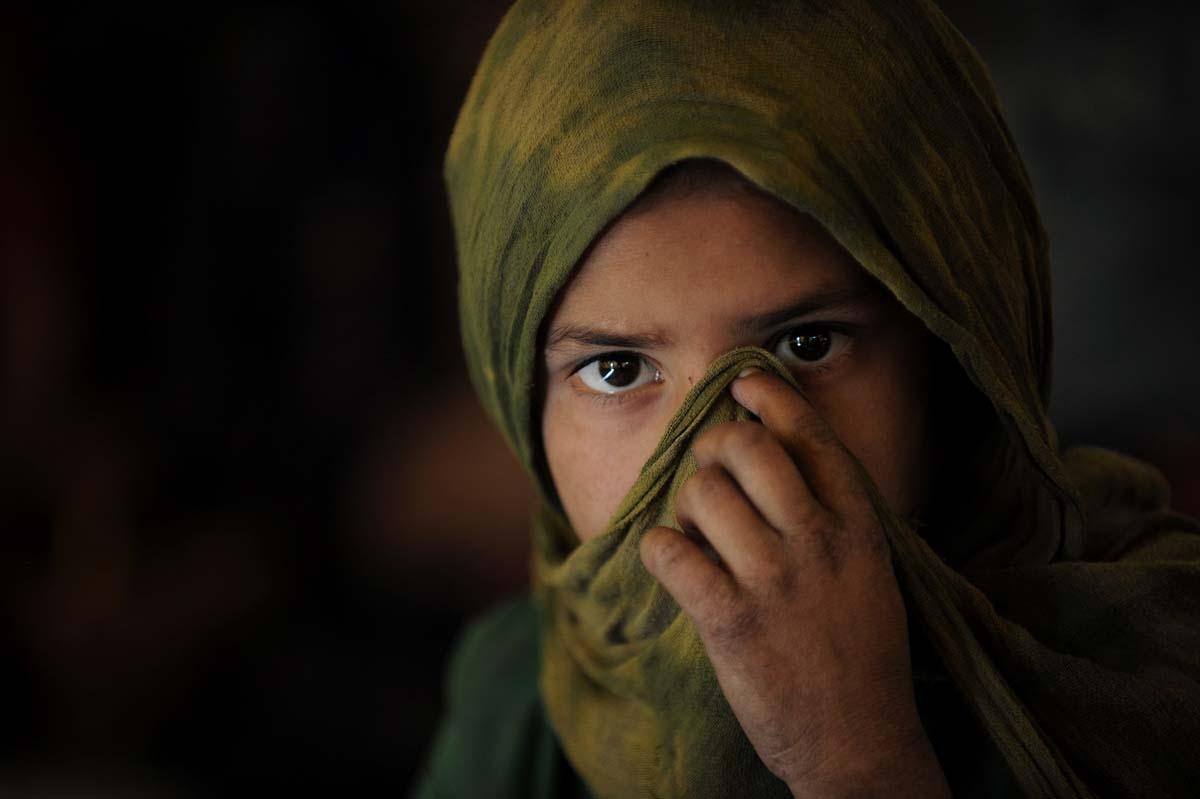 Una joven afgana de la tribu nómade Kuchi se cubre el rostro en Kabul, el 27 de octubre de 2017