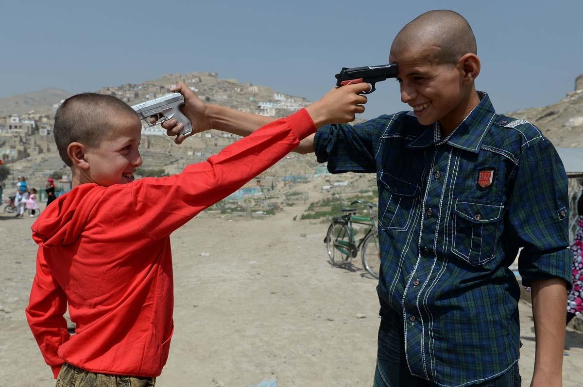 Niños afganos juegan con armas de plástico en Kabul, el 31 de julio de 2013 (AFP / Shah Marai)