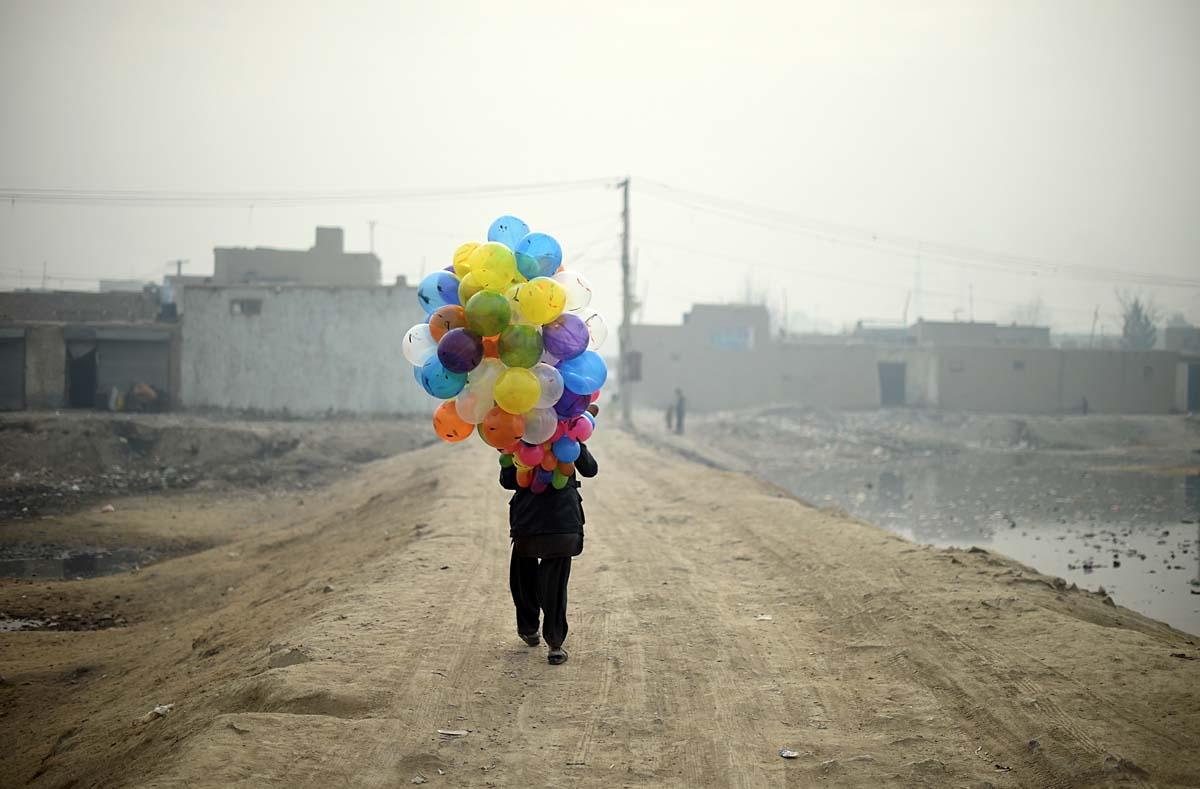 Un vendedor de globos en un barrio de Kabul, el 12 de enero de 2015