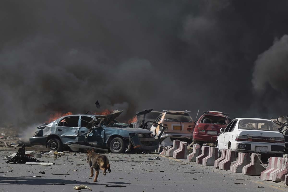 Escenario tras un atentado con coche bomba que dejó 90 muertos en Kabul, el 31 de mayo de 2017