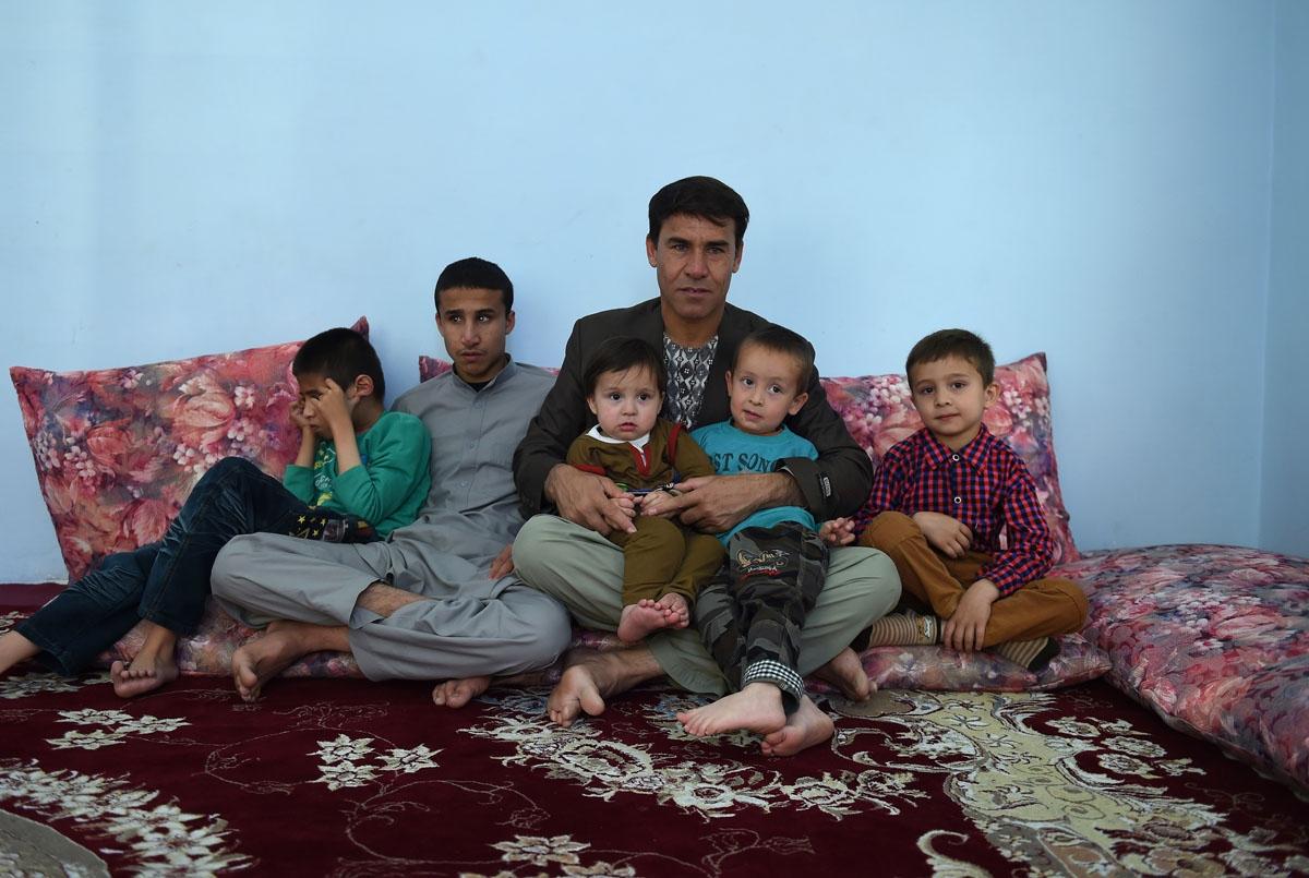 Shah Marai junto a sus cinco hijos varones en su casa de Kabul, el 6 de mayo de 2016