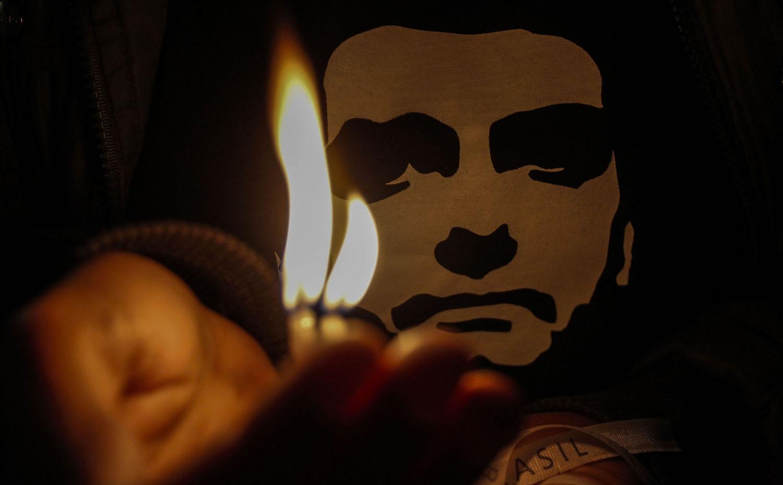 Simpatizantes del candidato brasileño de derecha Jair Bolsonaro, encienden velas frente al hospital  Albert Einstein, en  Sao Paulo, donde fue internado el 7 de septiembre de 2018, después de haber sido acuchillado en el abdomen en un acto de campaña en J