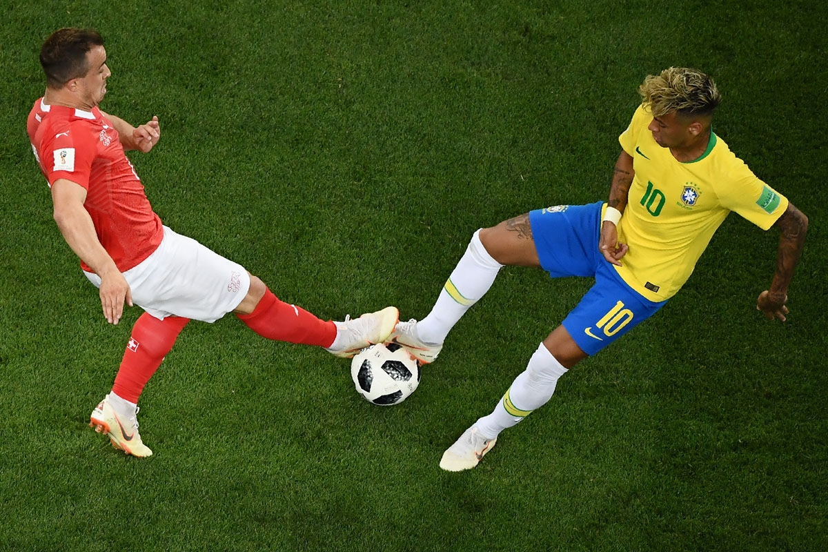Brazil's forward Neymar (L) vies with Switzerland's forward Xherdan Shaqiri during the Russia 2018 World Cup Group E football match between Brazil and Switzerland at the Rostov Arena in Rostov-On-Don on June 17, 2018. / AFP PHOTO / Jewel SAMAD / RESTRICTE