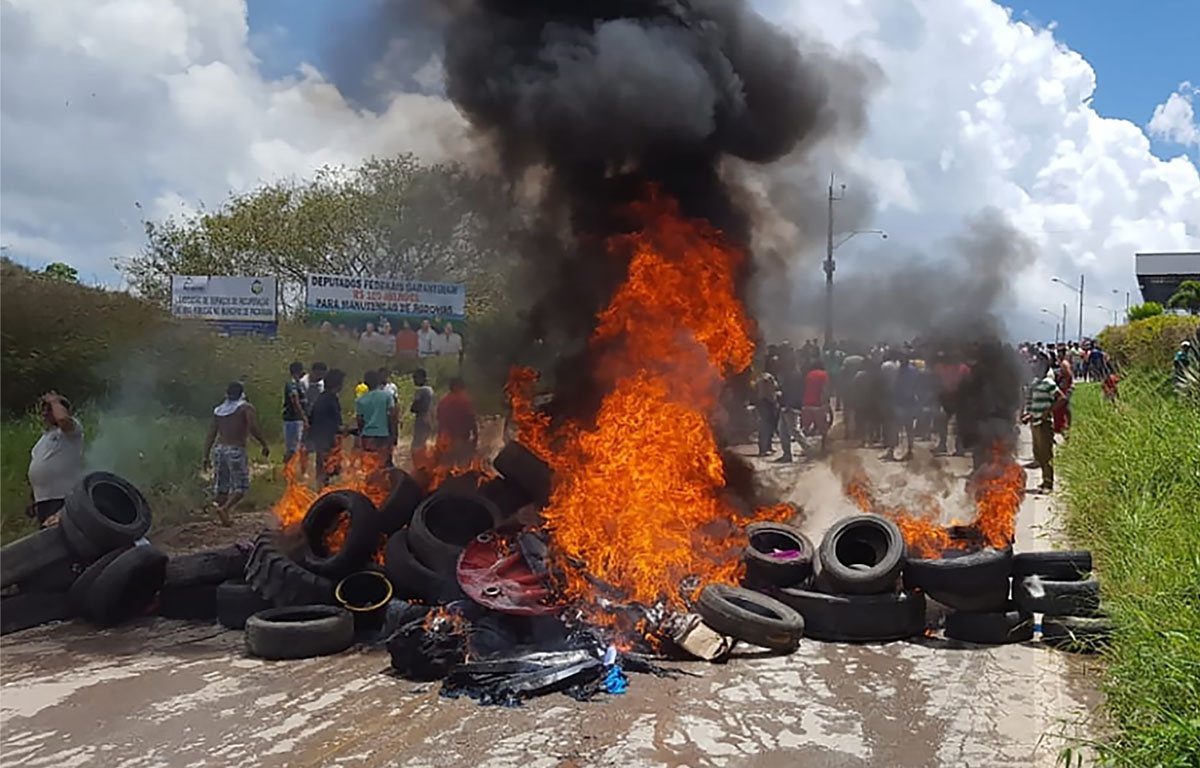 Pacaraima residents burn tires and belongings of Venezuelan migrants after attacking their two main makeshift camps, August 18, 2018.
