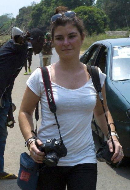 La periodista Camille Lepage en Damara, a 70 km de Bangui, el 21 de febrero de 2014 (AFP / Fred Dufour)