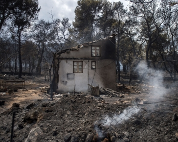 A photo shows a burned house following a wildfire at the village of Neos Voutzas, near Athens, on July 24, 2018.   Fifty people have died and 170 have been injured in wildfires ravaging woodland and villages in the Athens region, as Greek authorities rush