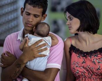 Mateus, Kleisse y su bebé Pietro, quien padece microcefalia luego de que su madre fuera picada por el mosquito Aedes aegypti, acuden a un hospital en Salvador de Bahia, el 28 de enero de 2016