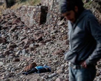 El cuerpo de un bebé, víctima del naufragio de un barco de refugiados entre Turquía y la isla griega de Lesbos, yace sobre una playa de la ciudad turca de Bademli, el 30 de enero de 2016